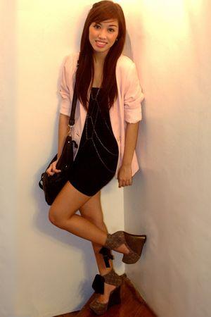 pink vintage blazer - black tank - wallet