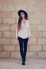 Globo-boots-terranova-hat-zara-blouse-stradivarius-pants