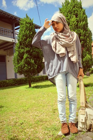 Trias shoes - Logo jeans - hasta la vista scarf - joger bag