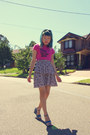 Hot-pink-t-shirt-heather-gray-tiered-junk-skirt-teal-nine-west-wedges