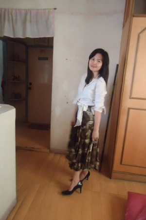 off white zuccoz blouse - black predictions shoes - green unknown brand skirt -