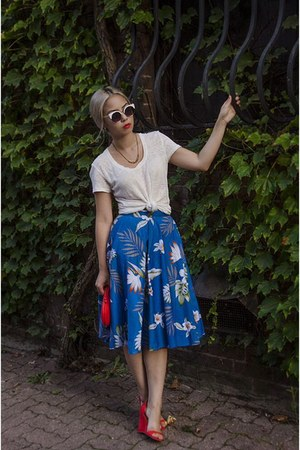 blue pleated a-line modcloth skirt - red wedges shoes