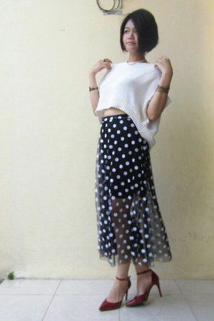 dark gray polka dots random skirt - white cropped knitted et cetera top