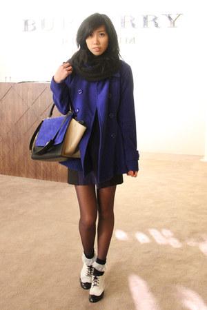 blue trapeze Celine bag - white oxford laced-up Melissa shoes