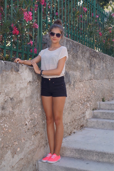 black Bershka shorts - off white Stradivarius top - hot pink H&M sneakers