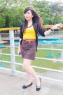 Yellow-top-brown-skirt-bronze-belt-black-flats