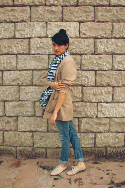 beige vintage blazer - beige shoes - blue jeans - white Mango scarf