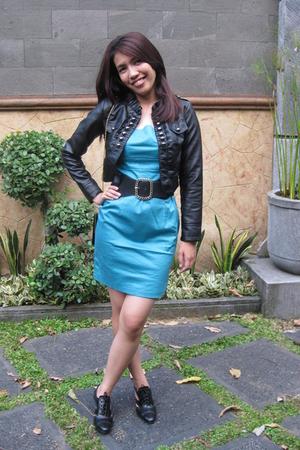 No branded jacket - No branded dress - No branded belt - perle shoes - purse