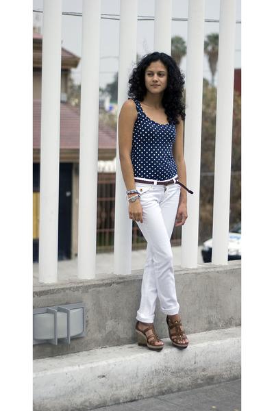 polka dot shirt - white pants - brown leather wedges