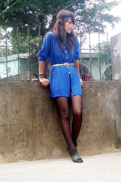 blue vintage top - black wedge Primadonna shoes - black stockings - belt