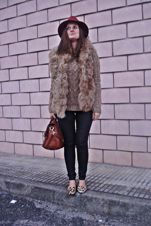 Zara shoes - Massimo Dutti coat - Dayaday hat - Zara leggings - Primark bag