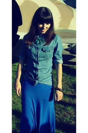 blue maxi Boohoo skirt - denim shirt - turquoise blue bag