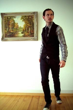 castro shirt - Yves Gerard tie - castro vest - Levis belt - H&M jeans - Converse