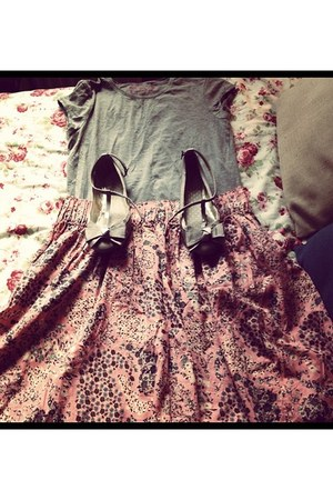 heather gray pumps - pink skirt - heather gray t-shirt