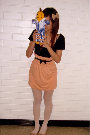 Brown bow clip - black cut off teeshirt - orange tube as skirt - black bow belt