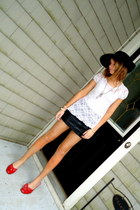 black floppy Target hat - ruby red bow moms heels - black leather Forever 21 ski