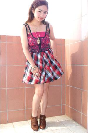 dark brown Nine West shoes - Forever 21 skirt - hot pink random brand top - gold