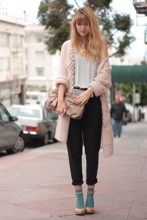 pink H&amp;M sweater - gray Olive and Olivia t-shirt - black vince pants