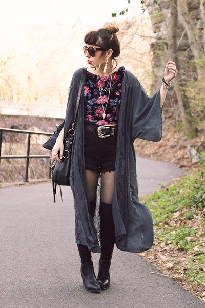 bubble gum UO shirt - dark gray Band of Gypsies cape