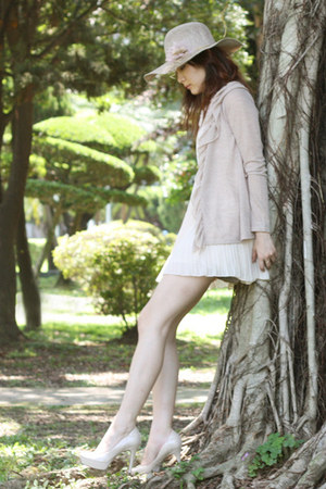 heather gray Owl necklace - eggshell Guess pumps - tan Forever 21 cardigan