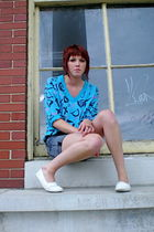blue vintage t-shirt - gray acid wash shorts