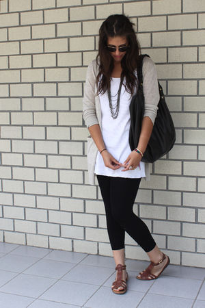 beige Sfera cardigan - white Fruit of the Loom shirt - black Julio leggings - br