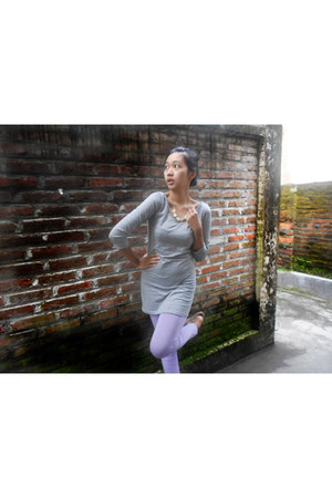 light purple leggings - silver t-shirt - necklace