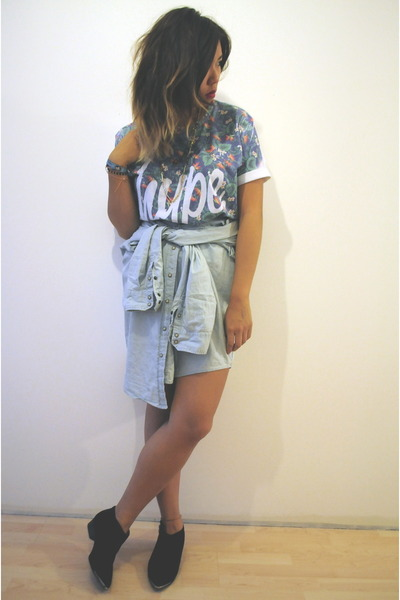 hype t-shirt - Aldo boots - denim shirt skirt