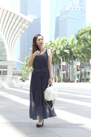 navy maxi FEMMEX dress - white quilted Perllini bag