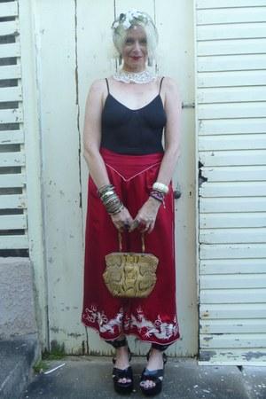 white vintage from Ebay hat - tan 1940s snakeskin vintage bag - black wings vivi