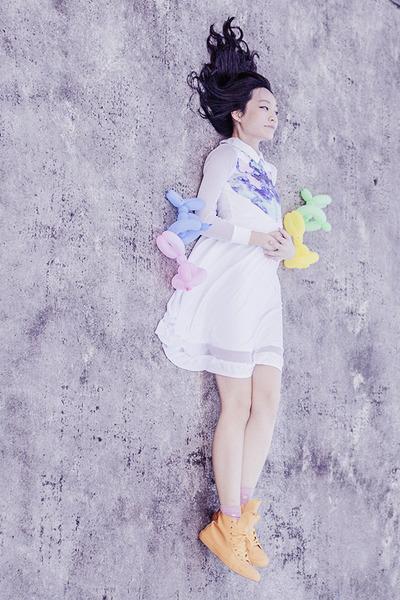 white mesh insert Kaehana dress - yellow rubber Converse sneakers