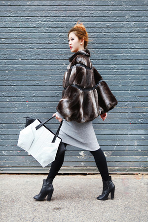 black Guess boots - white niki english new york bag