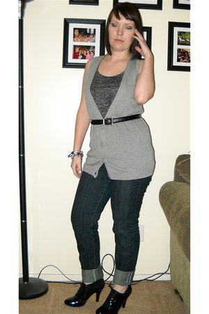 gray top - gray vest - blue jeans - black shoes