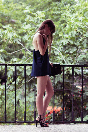 navy Chic Hangers top - white sammydress shorts - black Zara sandals