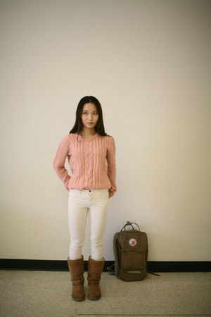 white skiny Levis jeans - brown backpack kanken bag