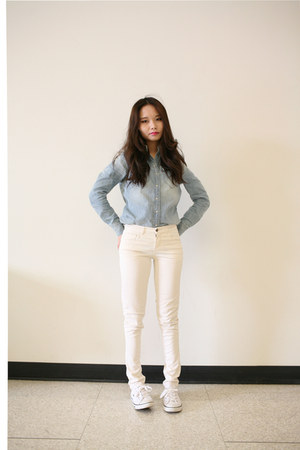 white Levis pants - denim Levis top - white Lacoste sneakers