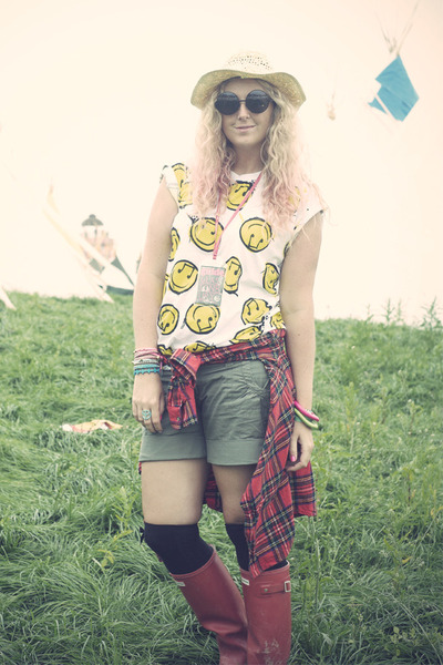 yellow Republic t-shirt - black wellies Hunter boots - eggshell Claires hat