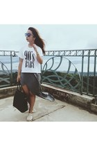 white 90s kid shirt - black bag - heather gray skirt - cream flats