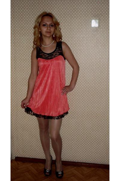 salmon dress - black heels