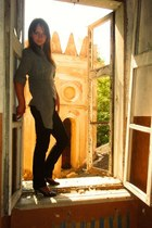 dark gray jeans - black heels - heather gray t-shirt