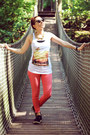 Red-jeans-white-print-shirt-gold-necklace