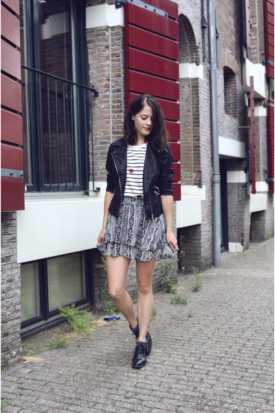 charcoal gray print GINA TRICOT skirt - white stripe Chemjoy t-shirt