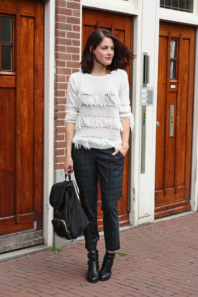 white fringe Apart sweater - black buckle Sacha boots