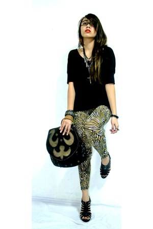 mustard animal print cinderella leggings - black bangled Vera Pelle bag