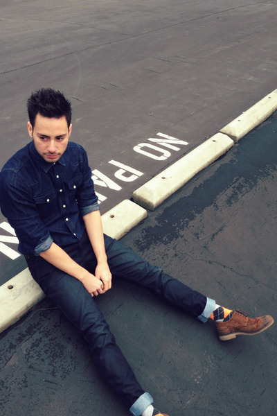 Men's Navy Hot Topic Jeans, Dark Brown Zara Shoes, Navy Denim H&M ...