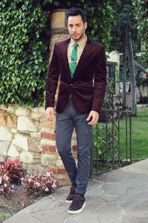 dark brown desert tsubo boots - sky blue cargo Levis jeans - crimson H&M blazer
