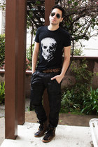 black skull Stellar Fortune shirt - black aviator ray-ban sunglasses