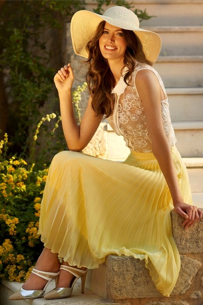 light yellow maxi pleated skirt - beige hat - off white lace top