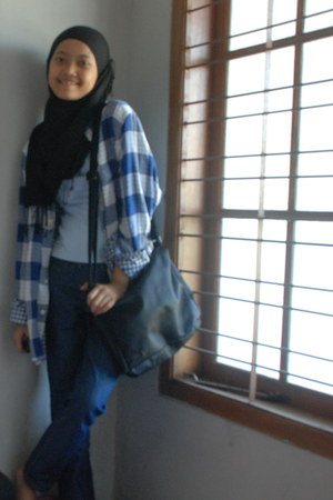 navy jeans - navy cotton shirt - black Pashmina scarf - black Capriasi bag - egg