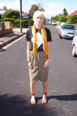 mustard houndstooth sarah plooy skirt - black orangutan t-shirt